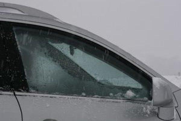 Obmedzený výhľad do strán vystavuje posádku riziku nebezpečného bočného nárazu. Nedanie prednosti patrí k častým príčinám dopravných nehôd.