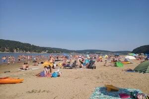 Nielen nová loď, ale aj piesková pláž lákala v lete na Domašu.