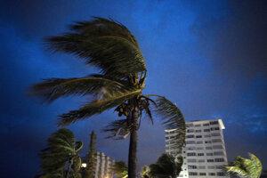 Na Bahamách ešte stále vyčíňa ničivý vietor a dážď.