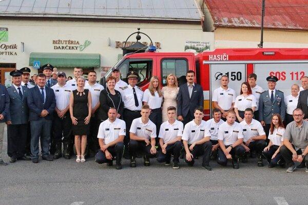 Slávnostné odovzdávanie vozidla fiľakovským dobrovoľným hasičom.