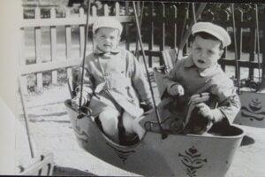 Bratia Kollárovci na železnej lodičke v parku v roku 1957.