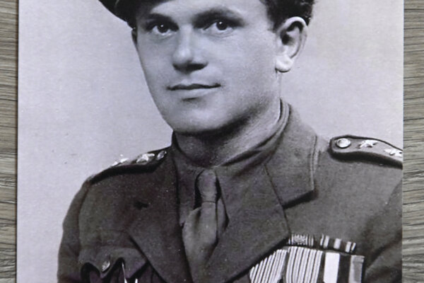 Na snímke z roku 1946 Michal Hanák na hrudi s vyznamenaniami Československý vojnový kríž.