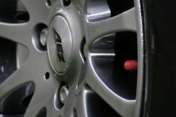 Každý lepší pneuservis opatrí takto nahustené pneumatiky červenou čiapočkou ventilu.