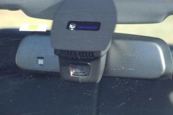 Situáciu  pred autom monitoruje kamera  umiestnená pri vnútornom spätnom zrkadle.