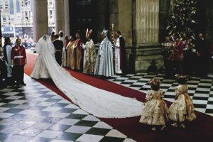 Šaty Lady Diany boli z hodvábu slonovinovej farby a dopĺňal ich závoj dlhý neuveriteľných osem metrov. Rukávy zdobili bohato nariasené volány z drahej čipky. Pôsobili rozložito, mohutne a na dlhé roky zadefinovali svadobný trend.