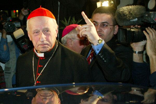 Osobitný mierový vyslanec pápeža Jána Pavla II. kardinál Roger Etchegaray nastupuje do automobilu na medzinárodnom letisku v Bagdade 11. februára 2003.