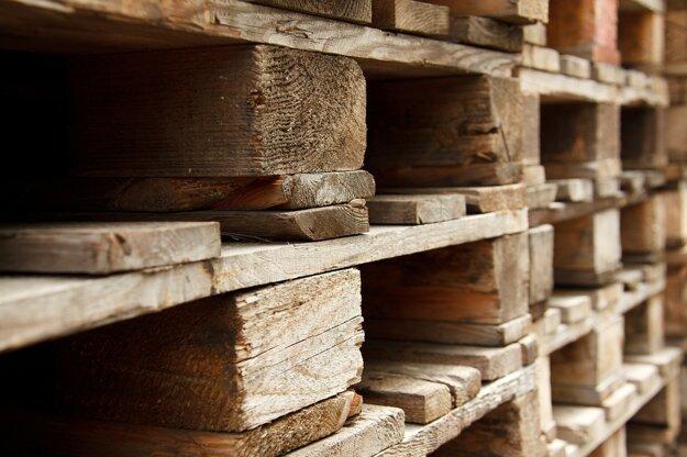 Drevo sa po vytriedení používa na výrobu papiera, dosiek, drevitej múčky, dreveného uhlia, drevených výrobkov v umeleckom a hračkárskom priemysle, výroba betónu, podpaľovačov, hnojív a melioráciu pôdy, výrobu energií, ako stelivo pre dobytok.