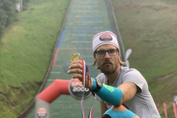 Tomáš Čelko pod skokanským mostíkom včeskom Frenštáte.