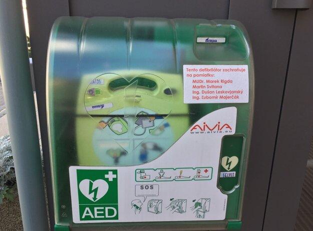 Defibrilátor má medzinárodné označenie, biele srdce so zeleným bleskom na zelenom podklade.