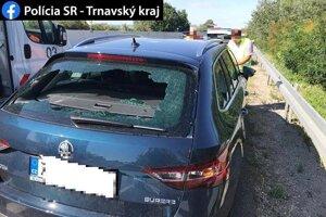 Jedno z deviatich zničených áut, ktorým útočník rozbil okná