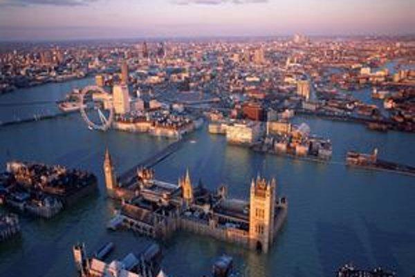 Slumy podľa umelcov obkolesia Buckinghamský palác. Londýnske oko zaplaví voda.