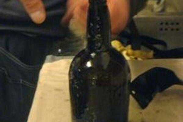 Na snímke flaša piva, ktoré našli v júli 2010 potápači vo vraku lode pri fínskych Alandských ostrovoch v Baltskom mori.