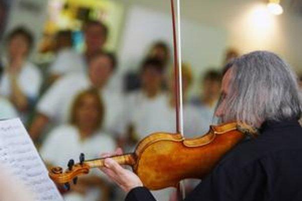 Klasická hudba je vítaná všade (na snímke hrá košická filharmónia v nemocnici v KošiciachŠaci), no nesmieme od nej očakávať príliš veľa.