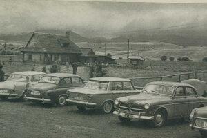 Salaš v roku 1967. O jeho povesti svedčia poznávacie značky na zaparkovaných autách. Trenčín, Považská Bystrica, Viedeň.