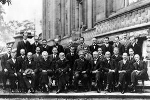 Na bruselskej konferencii v roku 1927 sa stretla vtedajšia fyzikálna elita. Einstein je v prvom rade uprostred.