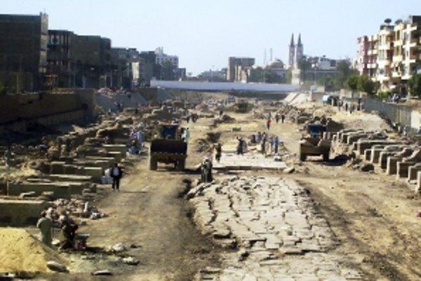 Nálezisko, kde našli archeológovia staré sochy.