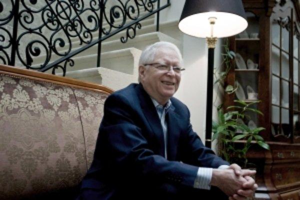 Prof. MUDr. Ján Vilček, PhD, sa narodil  17. júna 1933 v Bratislave. Počas vojny sa ako Žid ukrýval v rodine v Nitrianskom Rudne. Diplom na Lekárskej fakulte Univerzity Komenského v Bratislave získal v roku 1957, o päť rokov sa stal kandidátom vied. V rok