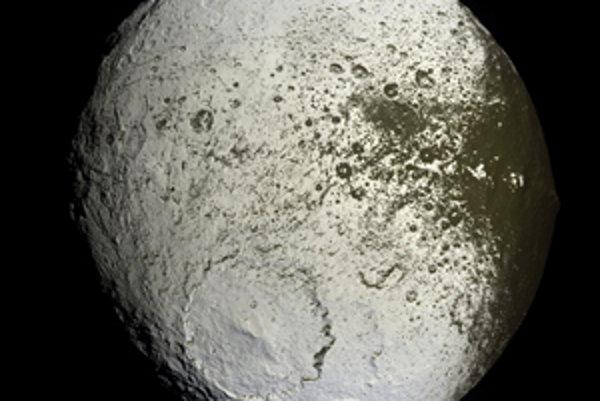 Tretí najväčší Saturnov mesiac Iapetus.