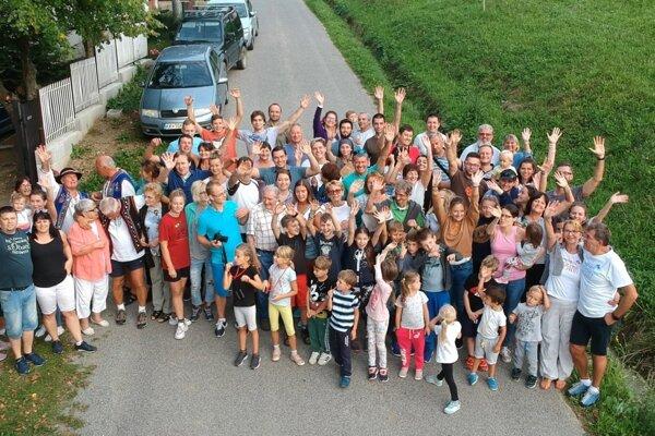 Rodinná fotografia Kostelničákovcov z ich augustového stretnutia.