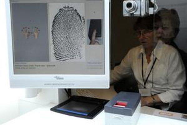 Pri vybavovaní pasu zosnímajú odtlačky ukazovákov.