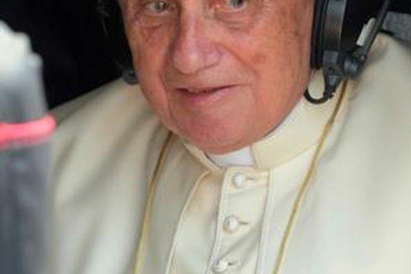 Pápež má oficiálny profil na Facebooku a vlastný kanál na portáli Youtube. Úlohu internetu oceňuje, varuje však pred jeho rizikami.