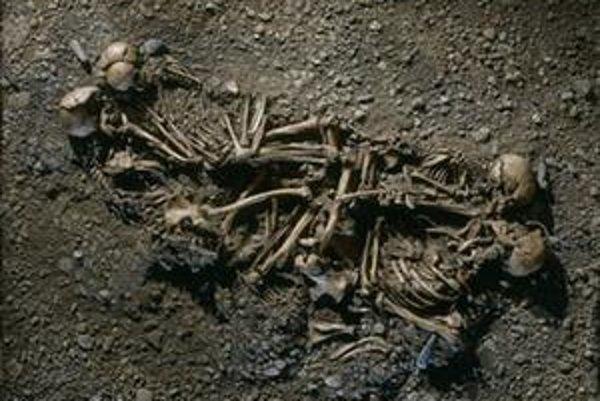 Pozostatky najstaršej známej rodiny, pri ktorej sa podarilo definitívne preukázať vzťah rodičov a detí na základe analýzy vzoriek DNA získaných z kostí. Celá rodina zahynula pri vražednom vpáde nepriateľov pred približne 4600 rokmi.