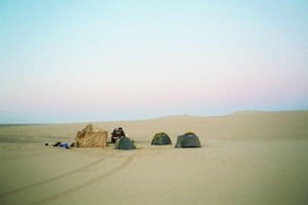 Vedecký tábor na ceste k odberu vzoriek z vyschnutých korýt stredosaharských riek.