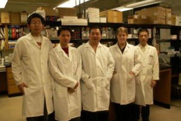Časť objaviteľského tímu zo skupiny Dongshenga Caia v ich laboratóriu (v strede).
