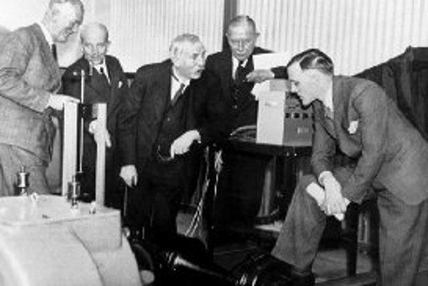 Rutherford (uprostred), otec jadrovej fyziky, ktorý do konca života veril, že toto poznanie nemožno ani využiť, ani zneužiť.