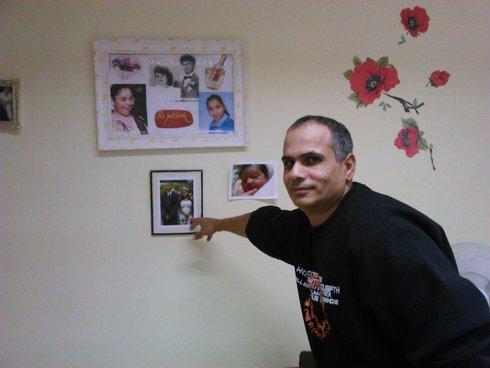 miro horváth ukazuje fotky rodiny.