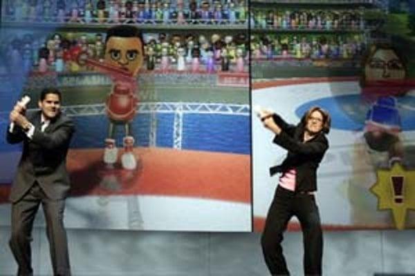 Manažéri Nintenda Cammie Dunawayová (vpravo) a Reggie Fils-Aime predvádzajú, ako sa hrá s konzolou Wii baseball.