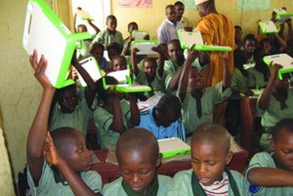 Africké deti sa tešia z nových počítačov. Máme dôvod smiať sa aj my?