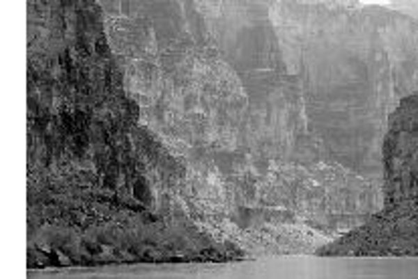 Rieku Colorado vo Veľkom kaňone lemujú mohutné vápencové bralá s množstvom jaskýň. Datovanie nánosov v jaskyniach umožnilo upresniť čas vzniku kaňonu.Foto - Victor Polyak