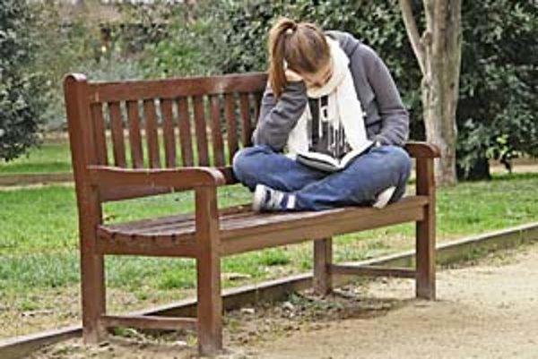 Priaznivci internetu čítajú aj papierové knihy, ukázal prieskum.