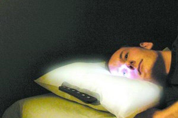 """Vankúš """"glo Pillow"""" vás zobudí v určenú hodinu bez stresujúcich zvukov či traseniam, len vďaka lúčom, ktoré imitujú slnko. Časopis Time ocenil aj robot Domo z Massachusettkého inštitútu technológii (na snímke dole), ktorý dokáže inteligentne komunikovať s"""