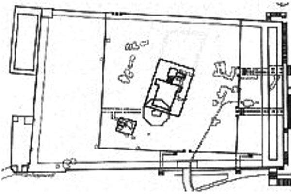 Pôdorys Chrámovej hory s vyznačením Patrichovej polohy Druhého chrámu (obdĺžnik v strede). Osemuholník, ktorý sa chrámu dotýka a sčasti sa s ním prelína, je Skalný dóm. Podzemná cisterna je znázornená prerušovane vpravo hore v obdĺžniku.