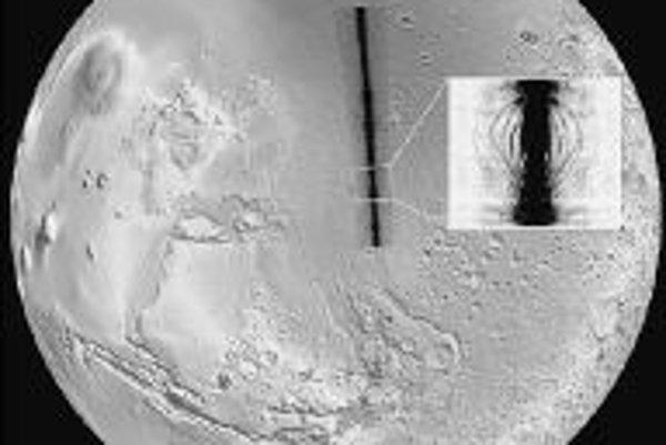 Projekcia radargramu z MARSIS pri obehu Mars Expressu nad planinou Chryse na severe Marsu (celkom hore je severná polárna čiapočka), kde v roku 1976 pristála prvá pozemská sonda, dlhodobo pracujúca na povrchu červenej planéty - Viking l, na reliéf planéty
