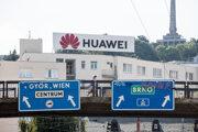 Reklamný pútač Huawei v uliciach Bratislavy.