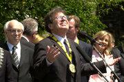 György Konrád (uprostred) gestikuluje počas príhovoru krátko po tom, čo prevzal tohtoročnú Cenu Karola Veľkého 24. mája 2001 v nemeckom Aachene.