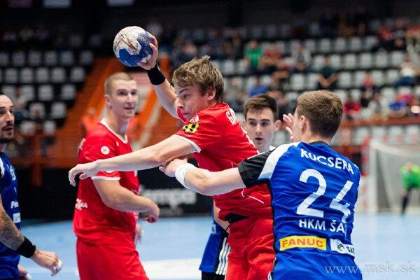 Gardian (s loptu v strede) dal v Košiciach tri góly. Vpravo Petričenko.