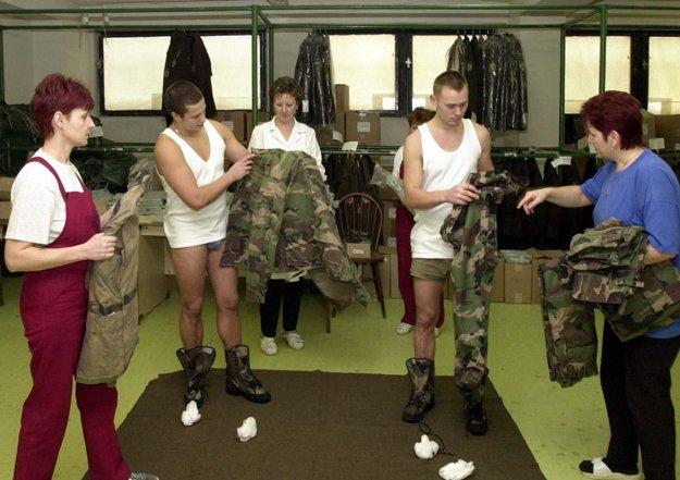 Branci fasovali uniformy hneď pri príchode do kasární