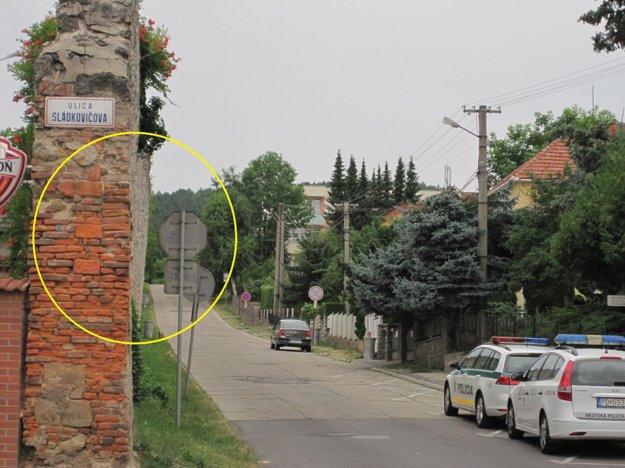 V žltom krúžku vidno vychýlenú časť mestského opavnenia.