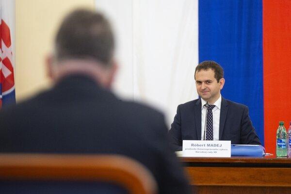 Na snímke vpravo predseda Ústavno právneho výboru NR SR Róbert Madej (Smer-SD) počas vypočutia kandidátov na ústavných sudcov  Ústavnoprávnym výborom Národnej rady SR v Bratislave.