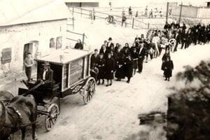 Takto vyzeral v Blatnici kedysi pohrebný sprievod na čele s unikátnym kočom.