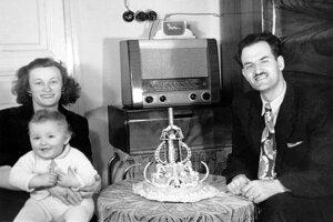 Július Boško s rodinou v roku 1952. Na foto je aj jeho grilážová torta.