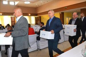 Odborári prišli za premiérom s petíciou.