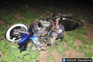 Motocyklista skončil v poli.