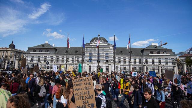 Protestujúci pred prezidentským palácom.