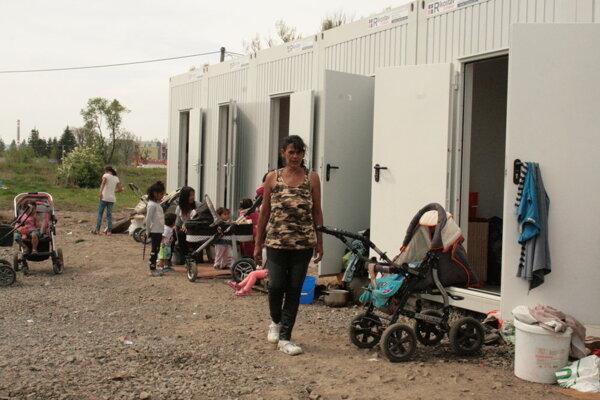 Rómovia po vlaňajšom požiari žijú v kontajneroch.