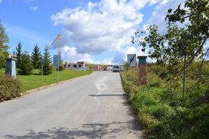Cesta by mohla pokračovať doprava smerom na ulicu Pod Šalgovíkom.